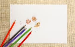Documento sobre la arpillera con los lápices Imagen de archivo