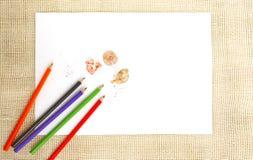 Documento sobre la arpillera con los lápices Imagenes de archivo