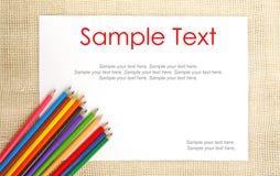 Documento sobre la arpillera con los lápices y el texto Foto de archivo libre de regalías