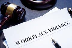Documento sobre violencia del lugar de trabajo imagenes de archivo
