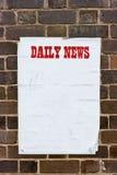 Documento spiegazzato sporco su una parete con testo rosso. fotografie stock libere da diritti