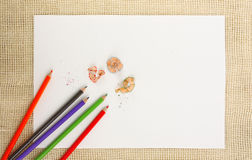 Documento su tela da imballaggio con le matite Immagine Stock