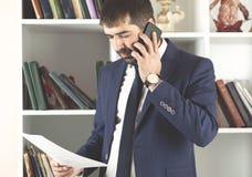 Documento telking della mano del telefono dell'uomo immagine stock
