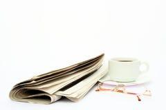 Documento, vetri e caffè isolati di notizie Fotografia Stock