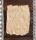 Documento viejo sobre el fondo de madera Imagenes de archivo