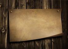 Documento viejo sobre la pared de madera del grunge Fotografía de archivo