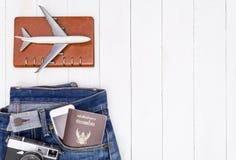 Documento y accesorio de la moda del viaje en el espacio de madera blanco de la copia Fotografía de archivo libre de regalías