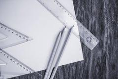 Documento y lápices sobre la tabla de madera imágenes de archivo libres de regalías