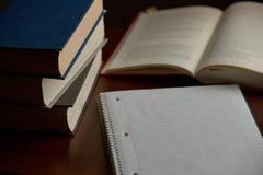 Documento y libros sobre el escritorio Fotos de archivo libres de regalías