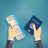Documento y pasaporte de embarque en manos Foto de archivo