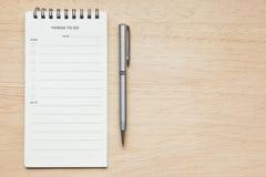 Documento y pluma de nota sobre el fondo de madera de la textura Foto de archivo libre de regalías
