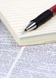 Documento y pluma sobre el diccionario Imágenes de archivo libres de regalías