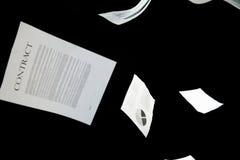 Documentos comerciales que caen abajo sobre fondo negro Imagen de archivo libre de regalías