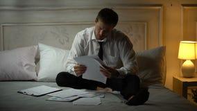 Documentos da leitura do homem de negócios, infelizes com resultados do investimento, corretor financeiro filme