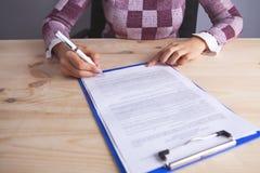 Documentos da mulher de negócios a assinar imagens de stock