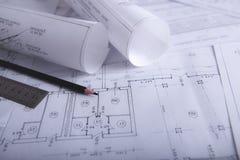 Documentos de construcción en la tabla fotografía de archivo