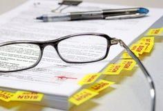 Documentos de firma de las propiedades inmobiliarias Imagen de archivo libre de regalías