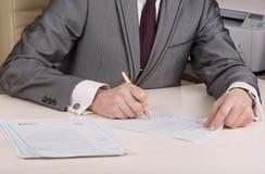 Documentos de firma del hombre de negocios Fotografía de archivo