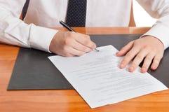 Documentos de firma del hombre de negocios Fotografía de archivo libre de regalías