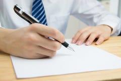 Documentos de firma del hombre de negocios Imagen de archivo libre de regalías