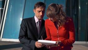 Documentos de firma del hombre de negocios de la empresaria joven, hermosa almacen de metraje de vídeo