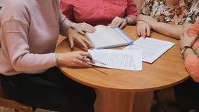 Documentos de firma en la mesa redonda