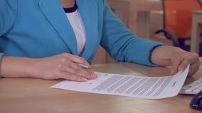 Documentos de firma femeninos almacen de video