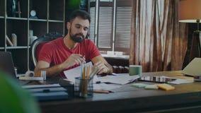 Documentos de firma jovenes del hombre de negocios en oficina Papeles de firma del hombre en el lugar de trabajo metrajes
