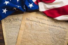 Documentos de fundación de Estados Unidos en una bandera americana del vintage Fotos de archivo libres de regalías
