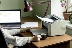 Documentos de la impresión de su ordenador a su impresora Fotos de archivo libres de regalías