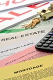 Documentos de las propiedades inmobiliarias en el escritorio del agente inmobiliario foto de archivo