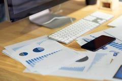 Documentos de negócio, gráficos financeiros dos relatórios das estatísticas e cartas no escritório imagens de stock