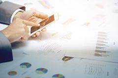 Documentos de negocio en la tabla de la oficina con el teléfono elegante Imagen de archivo
