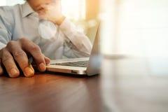 Documentos de negocio en la tabla de la oficina con el teléfono y el ordenador portátil elegantes foto de archivo libre de regalías