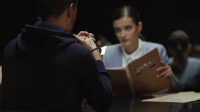 Documentos de pensamiento de la causa penal de la lectura del querellante de la mujer, proceso de la interrogación almacen de metraje de vídeo