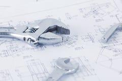 Documentos del dibujo de ingeniería con la llave Concepto de Maintencance imagen de archivo