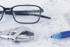 Documentos del dibujo de ingeniería con la llave Concepto de Maintencance imagen de archivo libre de regalías
