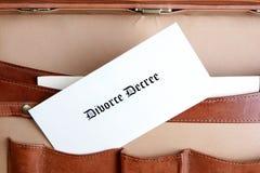 Documentos del divorcio en una cartera de cuero imagenes de archivo