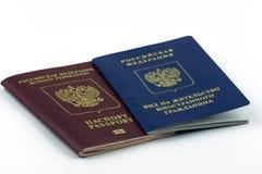 Documentos do russo Licença de residência e passaporte do russo no fundo branco imagem de stock