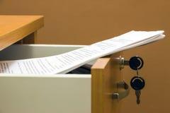 Documentos en un cajón del escritorio Fotografía de archivo