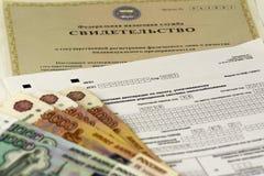 Documentos rusos Certificado de registro de un empresario individual, declaración de impuestos Dinero ruso del efectivo fotos de archivo