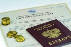 Documentos rusos Forma P61001 El certificado de empresario individual El pasaporte ruso está en superior Algunas monedas fotografía de archivo