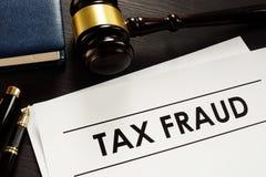 Documentos sobre fraude fiscal en la corte fotos de archivo