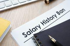 Documents avec l'interdiction d'histoire de salaire de titre photos stock