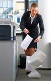 Documents chutants de femme d'affaires photographie stock libre de droits