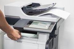 documents d'entreprise imprimés par prise d'homme d'imprimante photographie stock