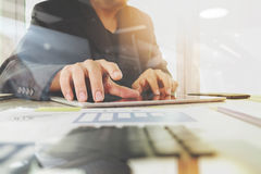 Documents d'entreprise sur la table de bureau avec la tablette numérique Photographie stock libre de droits