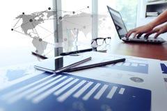 Documents d'entreprise sur la table de bureau avec le comprimé numérique images libres de droits