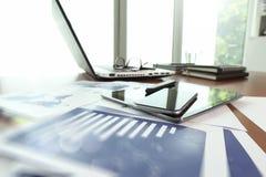Documents d'entreprise sur la table de bureau avec le téléphone intelligent Photo stock