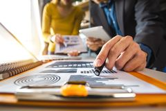 documents d'entreprise sur la table de bureau avec le téléphone intelligent et le comprimé numérique et le graphique photo stock